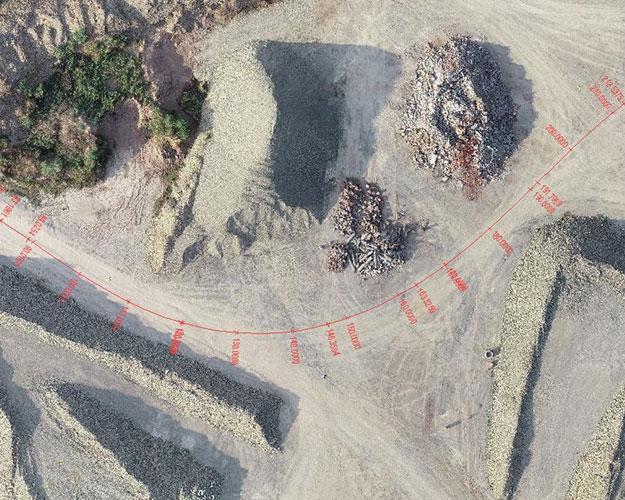 Bild mit einer eingezeichneten Längsachse zwischen Schotterhalden