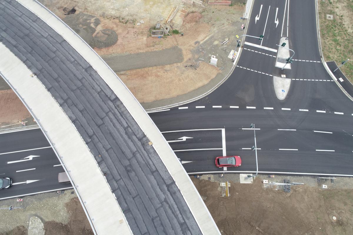 Luftbild des Verkehrsknotens in Gemuenden mit Bruecke und Einmuendung