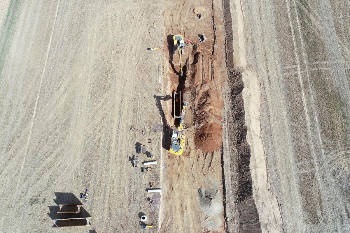 Zwei Kettenbagger graben einen Kanal im Gewerbegebiet Weidenhecken bei Woerth