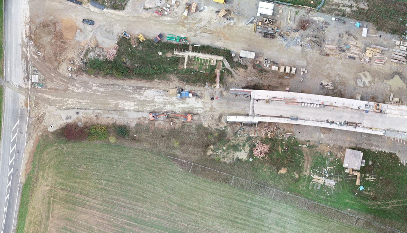 Luftbild der Baustelle an der Südseite der neuen Brücke in Gemünden am Main